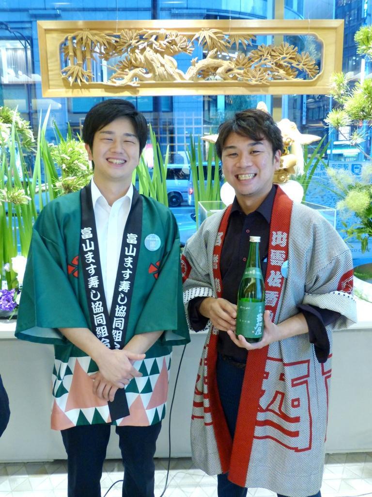 元祖関野屋7代目見習い中の「ます寿司王子」、関野伸也さんと、日本人最年少の利き酒師でシェフの浜多雄太さん