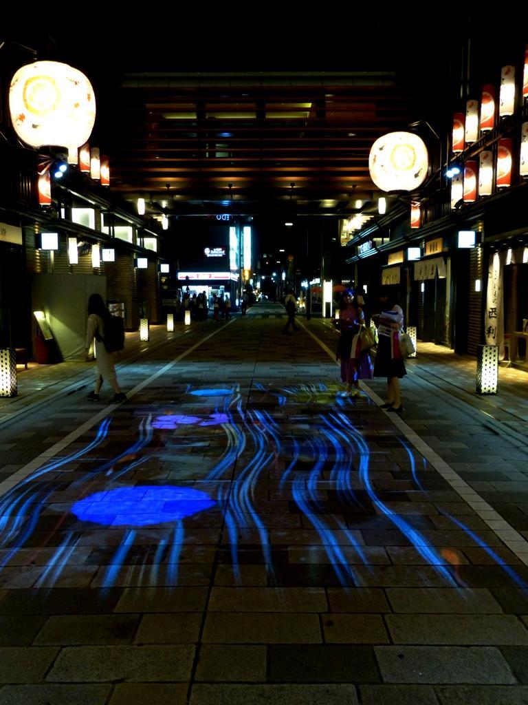 仲通りの「金魚大提灯参道」で展開する光アート「デジタル花火」