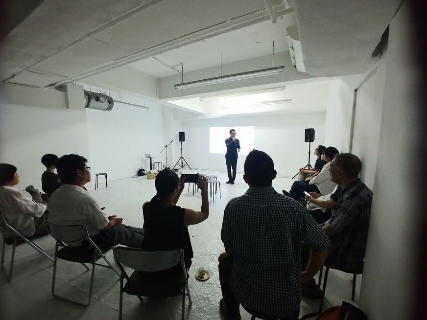 プレゼンテーションを行う「Creative Hub 131」エグゼクティブ・ディレクターで現代アーティストの新野圭二郎さん