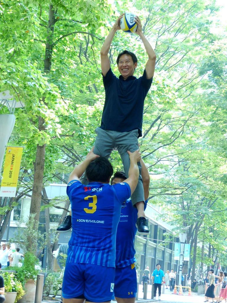 シャイニングアークス選手のリフトアップでラグビーボールを見事キャッチする鈴木長官