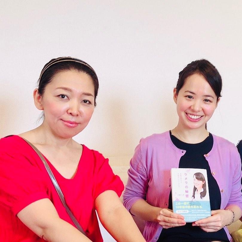 栄養学を学ぶネイリスト石田さんと美容皮膚科医、三輪菜つ美さん(右)