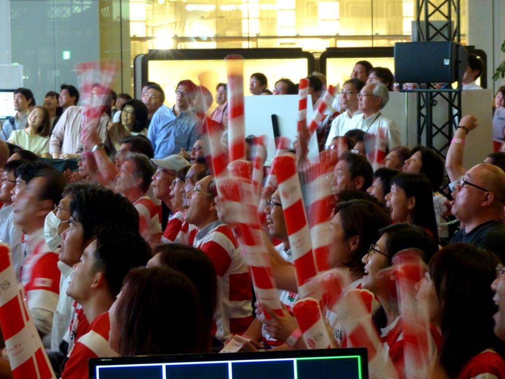 トライ直前、盛り上がるライブビューイング観客席