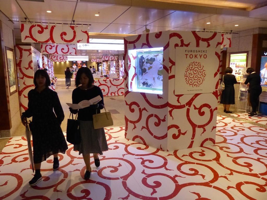 草間彌生さんや北野武さんなど日仏のクリエーターの作品をプリントしたアート風呂敷を一堂に展示