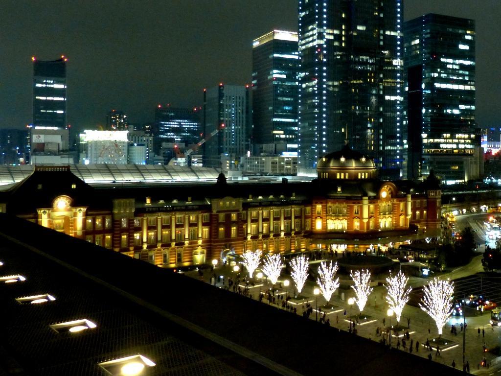 構内の商業施設や駅施設で約8400人が働いているという東京駅