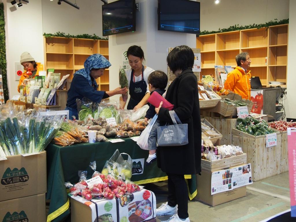 宮崎県の農家から直送する野菜や果物、地元産のブランド豚を使ったメンチカツなどを販売