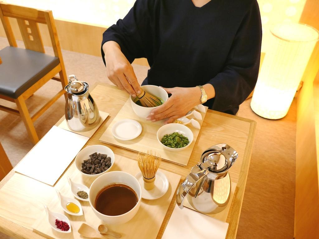 茶会のような趣で、砕いたショコラとミルクを茶せんで混ぜ合わせて作るショコラドリンク