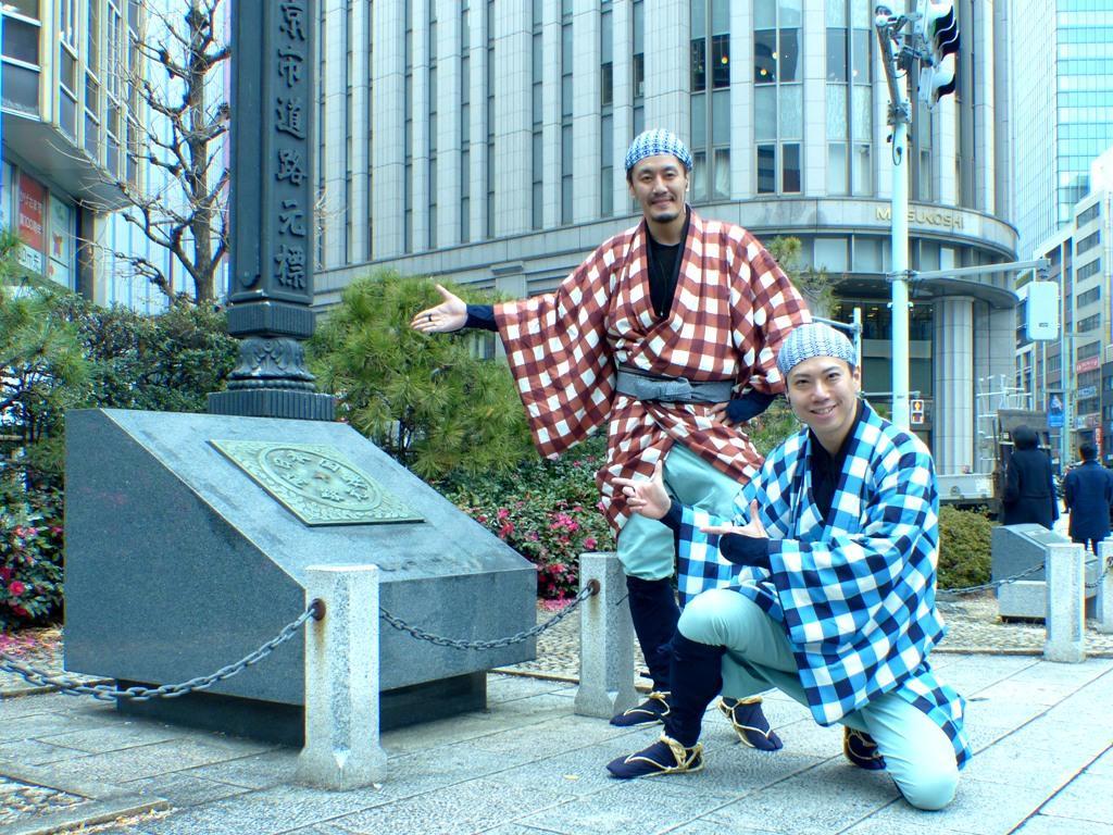日本橋を舞台に、弥次喜多コンビが現代にタイムスリップしたという設定で展開する芝居と街歩きが融合した体験型ツアー