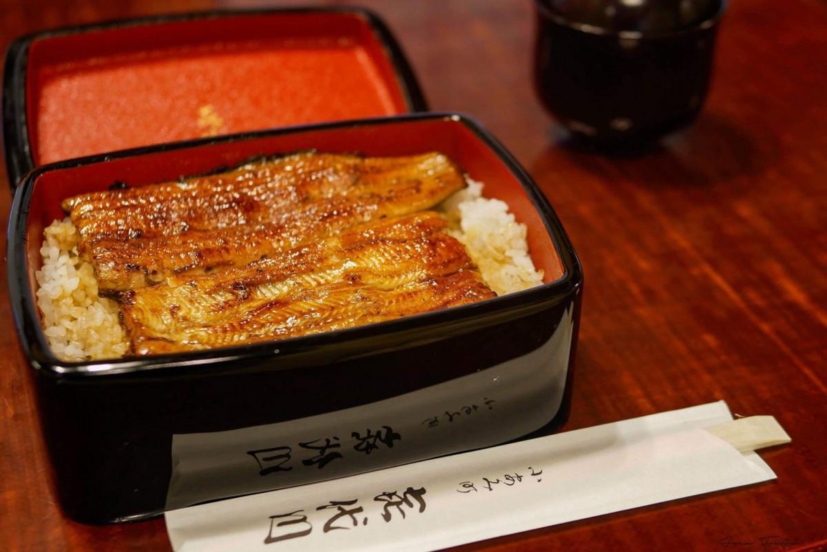 江戸から続くうなぎの味と伝統を守り、じっくり蒸して、創業時から注ぎ足ししている秘伝のたれと備長炭で一枚一枚丁寧に焼く