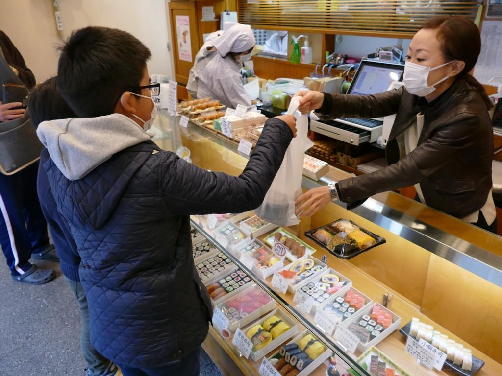 100円玉を握りしめて日替わり弁当を購入する兄弟