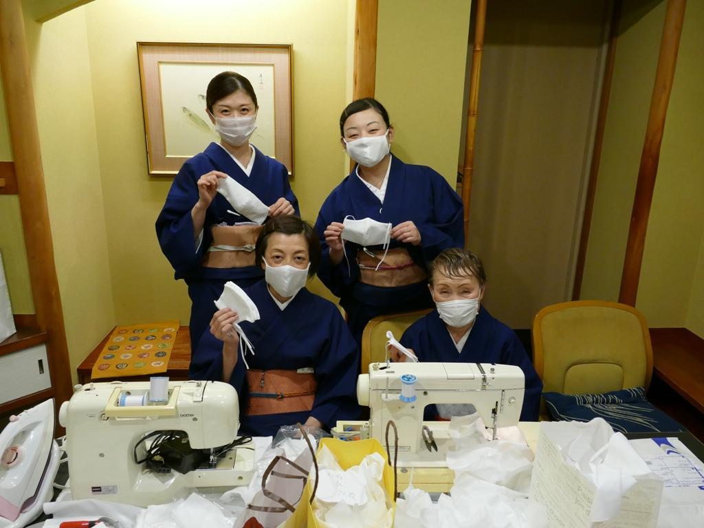 仕事の合間にマスク製造に励む「人形町今半」従業員の皆さん