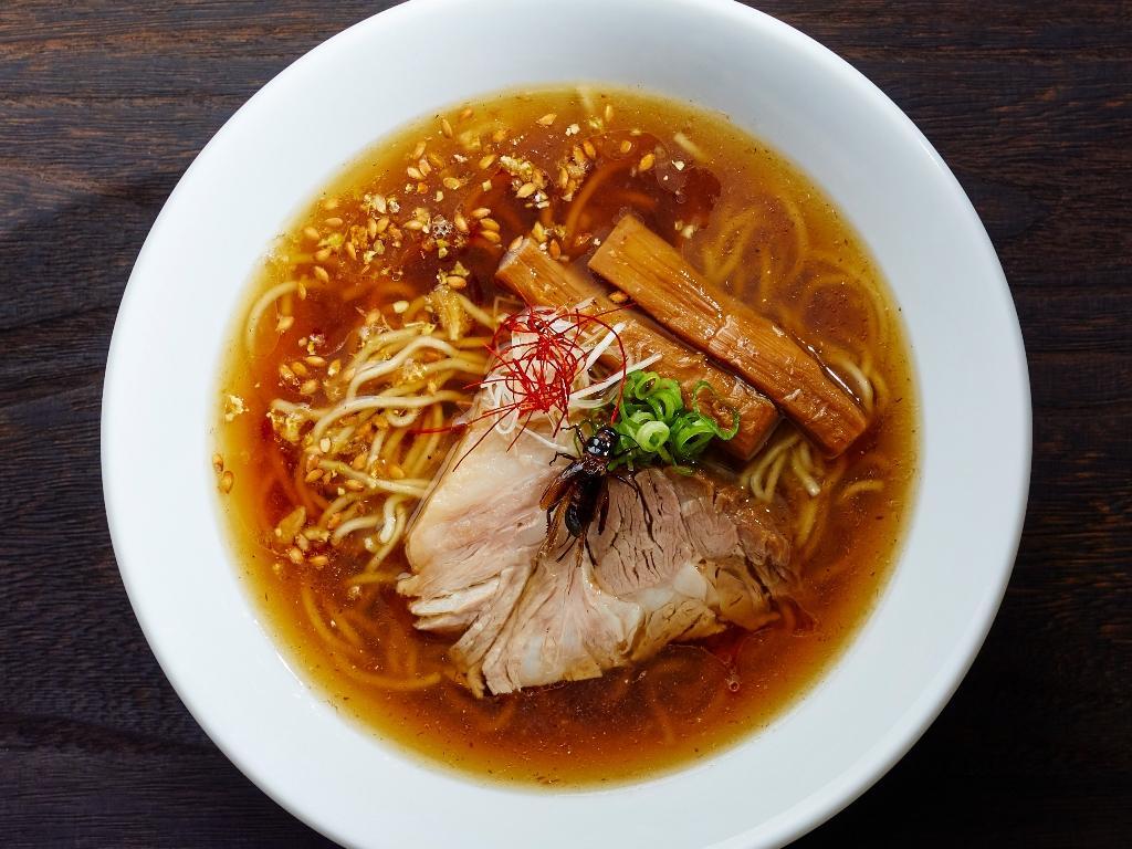 麺やだし、醤油などの原材料として1杯当たり約100匹のコオロギを使っている「コオロギラーメン」