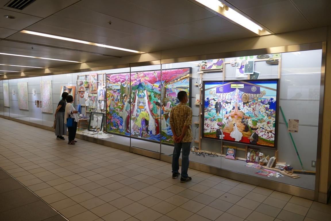 出展作品25点中18点の作品が並ぶ「行幸地下ギャラリー」会場