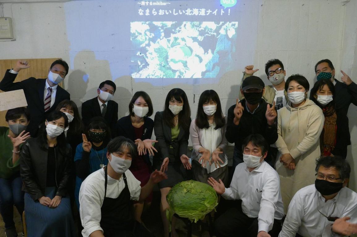 通常のキャベツの10倍以上の重さの巨大キャベツ「札幌大球」を囲む参加者