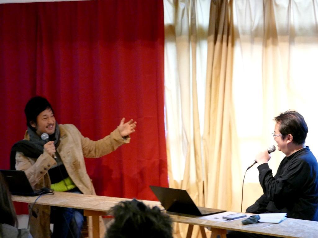 「アートの力で世界の境界を無くしたい」と話すチームラボ代表の猪子寿之さん(左)