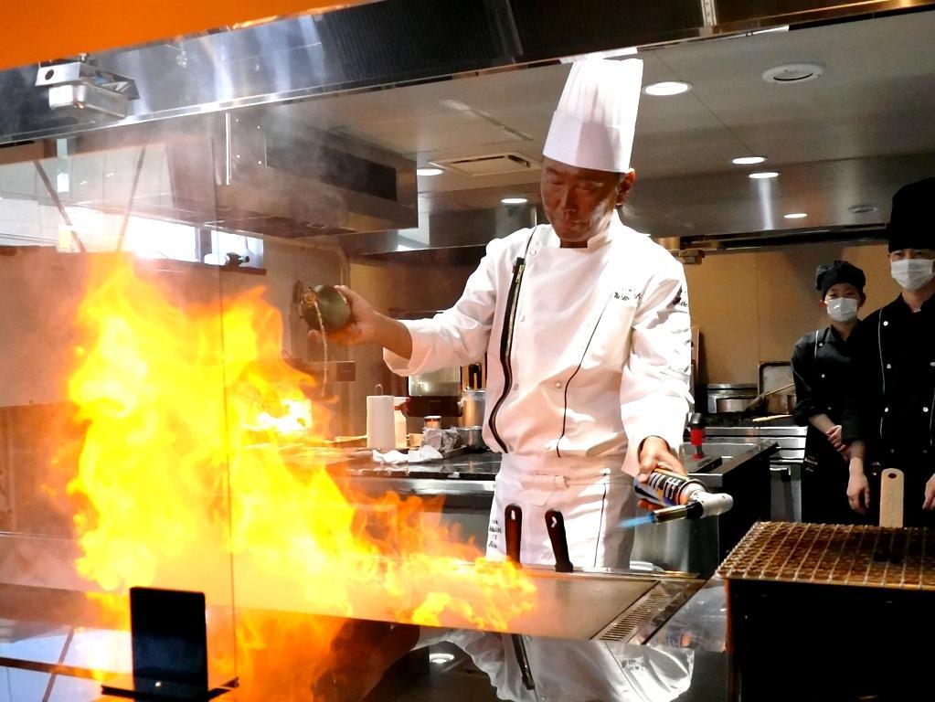 今回初めて設置するカウンター席で、鉄板料理を披露する3代目茂出木浩司さん