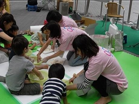 被災地で子どもたちとふれあっているスタッフとの「遊び」を体験できる