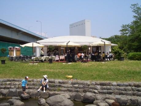 兵庫島河川公園内で営業していた頃の「ピース・トーキョー」の外観