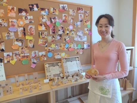 店長の関口千鶴さんと遊びに来てくれた子どもたちの写真
