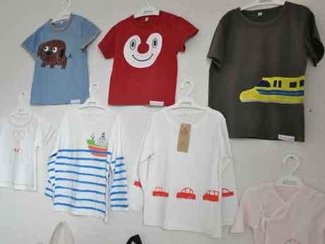 乗り物や動物など子どもの好きなイラストを描いたTシャツ