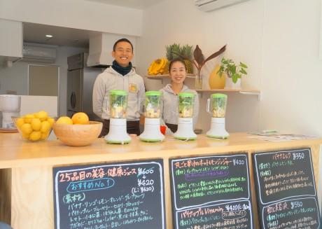 「ビューティーフルーツ」店長の松本さん(左)とスタッフの宮田さん(右)