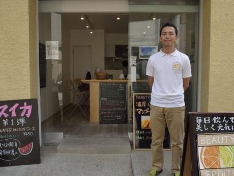「Beauty Fruits」店前で店主の松本浩さん