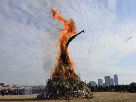 二子玉川・多摩川河川敷の「どんど焼き」(12日11時) -大規模再開発中の市街地を望む