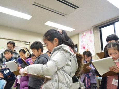 二子玉川しあさってプロジェクト「ミテキイテ」ワークショップの様子:取材する小学生ら(第1回、昨年12月)