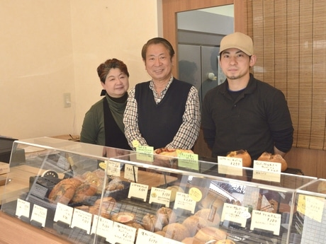 「カンパニオ」店主の鈴木さん(右)とお店を手伝う家族