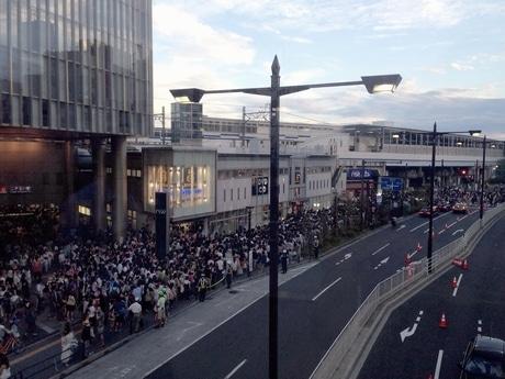 混雑する二子玉川の駅前通り(23日18時=開催1時間前)