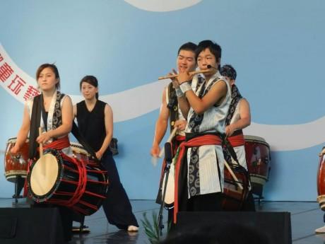演奏中の横須賀梨樹さん(前列右、今年8月台湾にて)