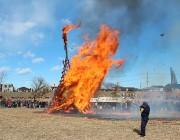 二子玉川の多摩川河川敷で「どんど焼き」 お焚き上げに2300人集まる