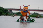 多摩川河川敷でいかだ下り大会 20回記念でイベントブースも