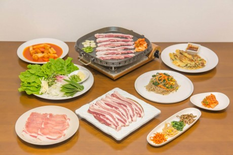 国産豚と国産野菜にこだわったサムギョプサルや一品料理を提供