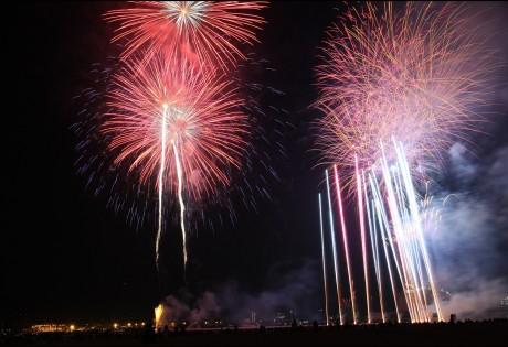 潮芦屋ビーチの夏の夜空に約6000発の花火が打ち上げられる