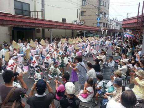 昨年甲子園口商店街本通一杯に繰り広げられた阿波おどりのパレード(画像提供=河野昌弘さん)