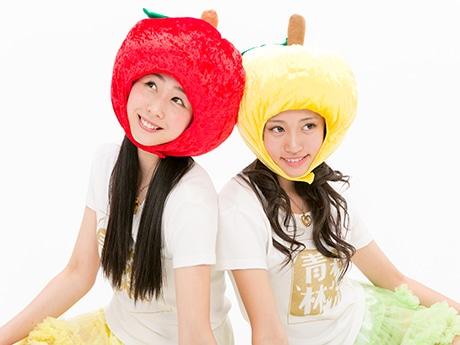 りんご娘史上、最も恵まれたスレンダーボディーを誇る現役女子高校生の「とき」さん(左)と王林さん(右)