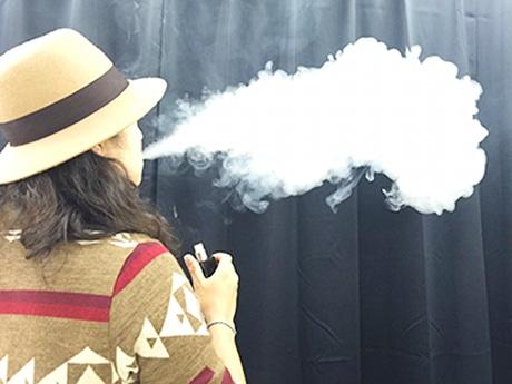 電子タバコを使用する男性
