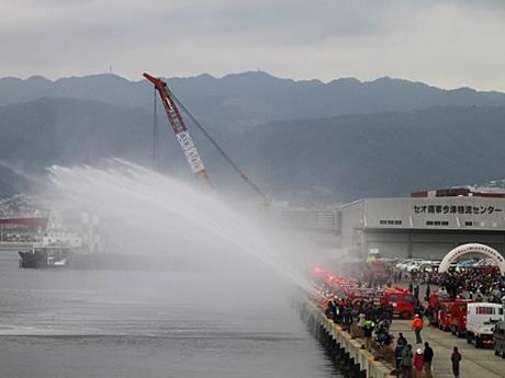 恒例・消防車による一斉放水も