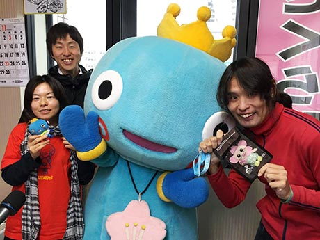 さくらFMスタジオの様子。パーソナリティ―の森川美佳さん(左)と杉本誠さん(右)