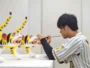 阪神中谷選手、甲子園で目入れ式 張り子の虎に「叶」の文字で優勝祈願