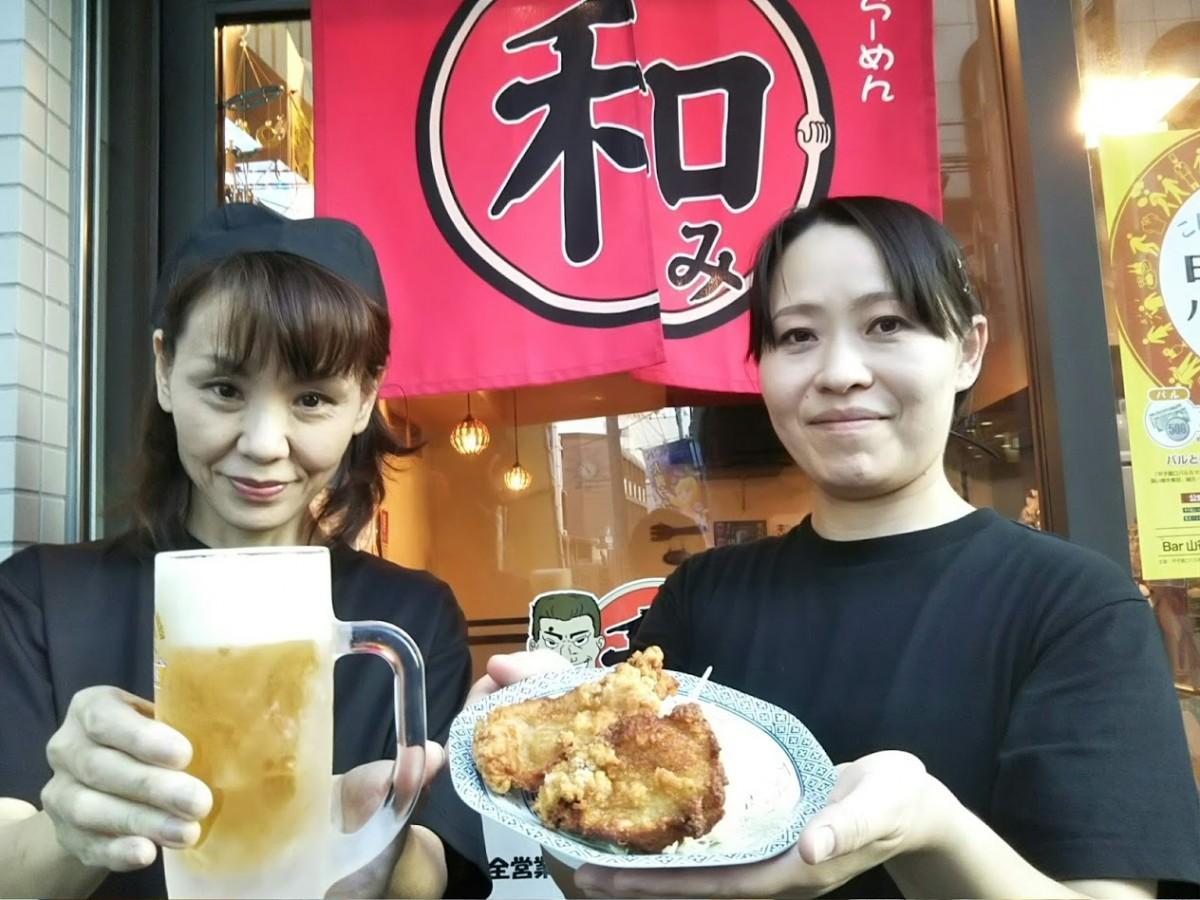 バルメニュー(生ビール1杯と唐揚げを1コイン500円)をアピールする参加店「和みラーメン」のスタッフ