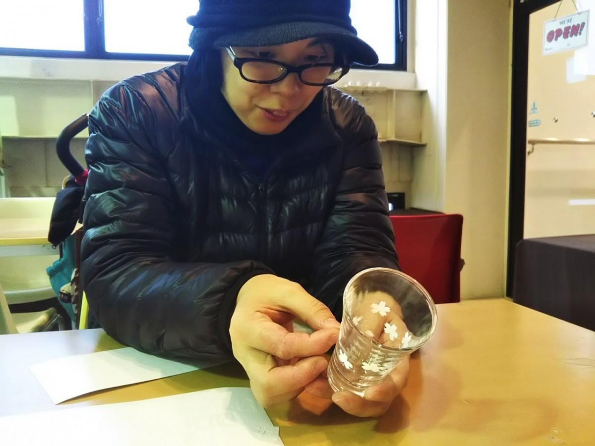 サンドブラスト体験を楽しむコース企画者の貞松真実さん