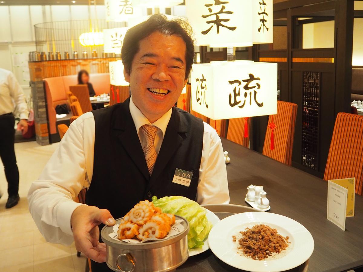 料理を手にアピールする社長の上田忠明さん