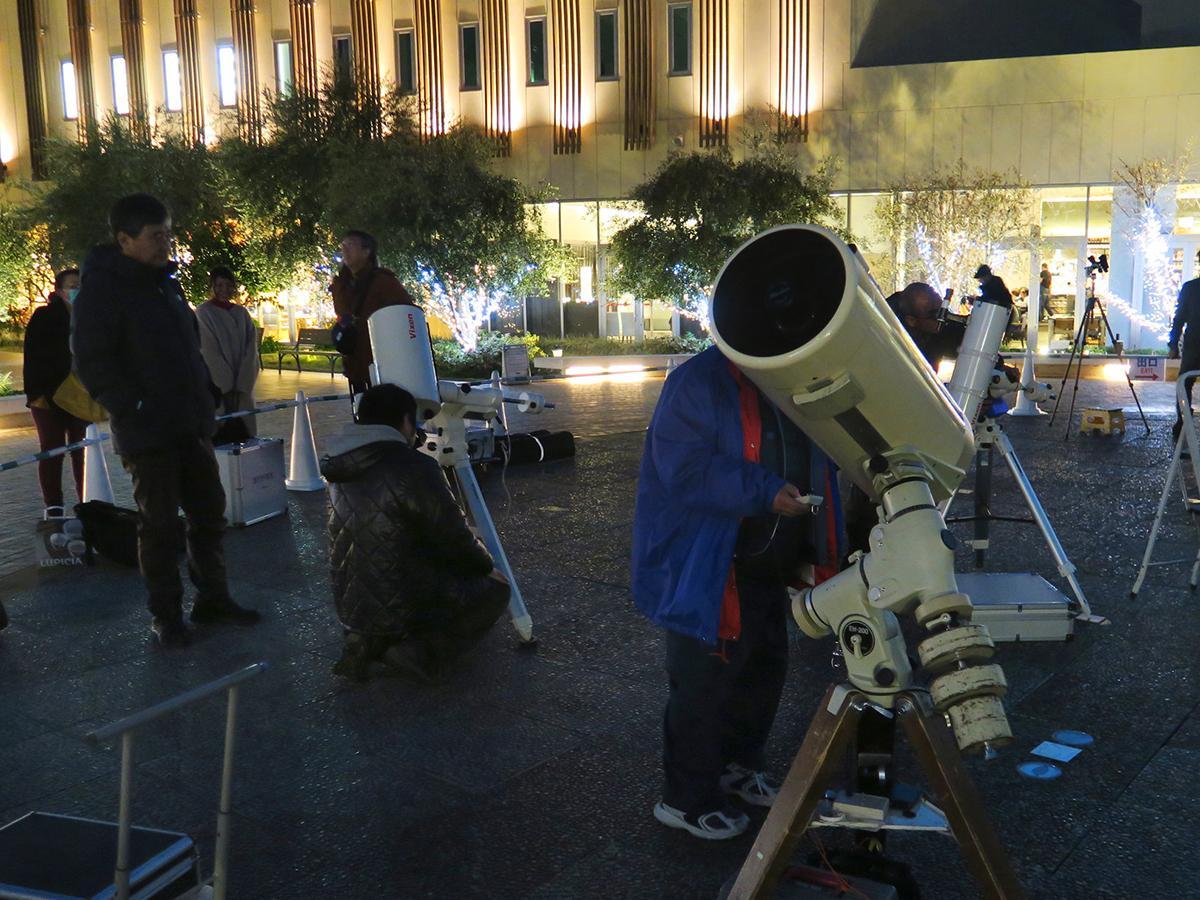 阪急西宮ガーデンズで4月20日、12台の天体望遠鏡を使った観望会が開催される。写真は過去開催時の様子。