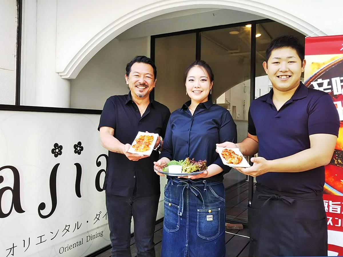 (左から)来店を呼び掛ける店主の川畑琢三さん、店長の川畑真美さん、スタッフの藤木智規さん