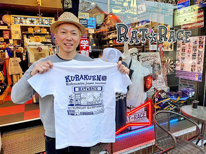 20周年記念の新作Tシャツをアピールする店主の小川尚久さん
