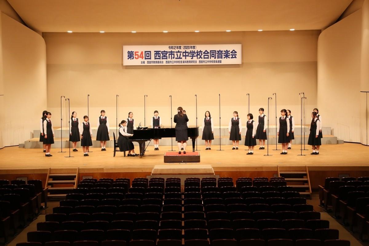 音楽会で発表する西宮市立甲陵中学校合唱部の生徒たち(西宮市教育委員会提供)