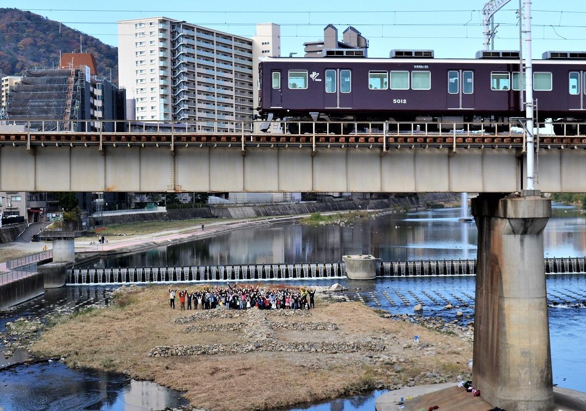 武庫川の中州に積み上げられた11代目の「生」のオブジェ