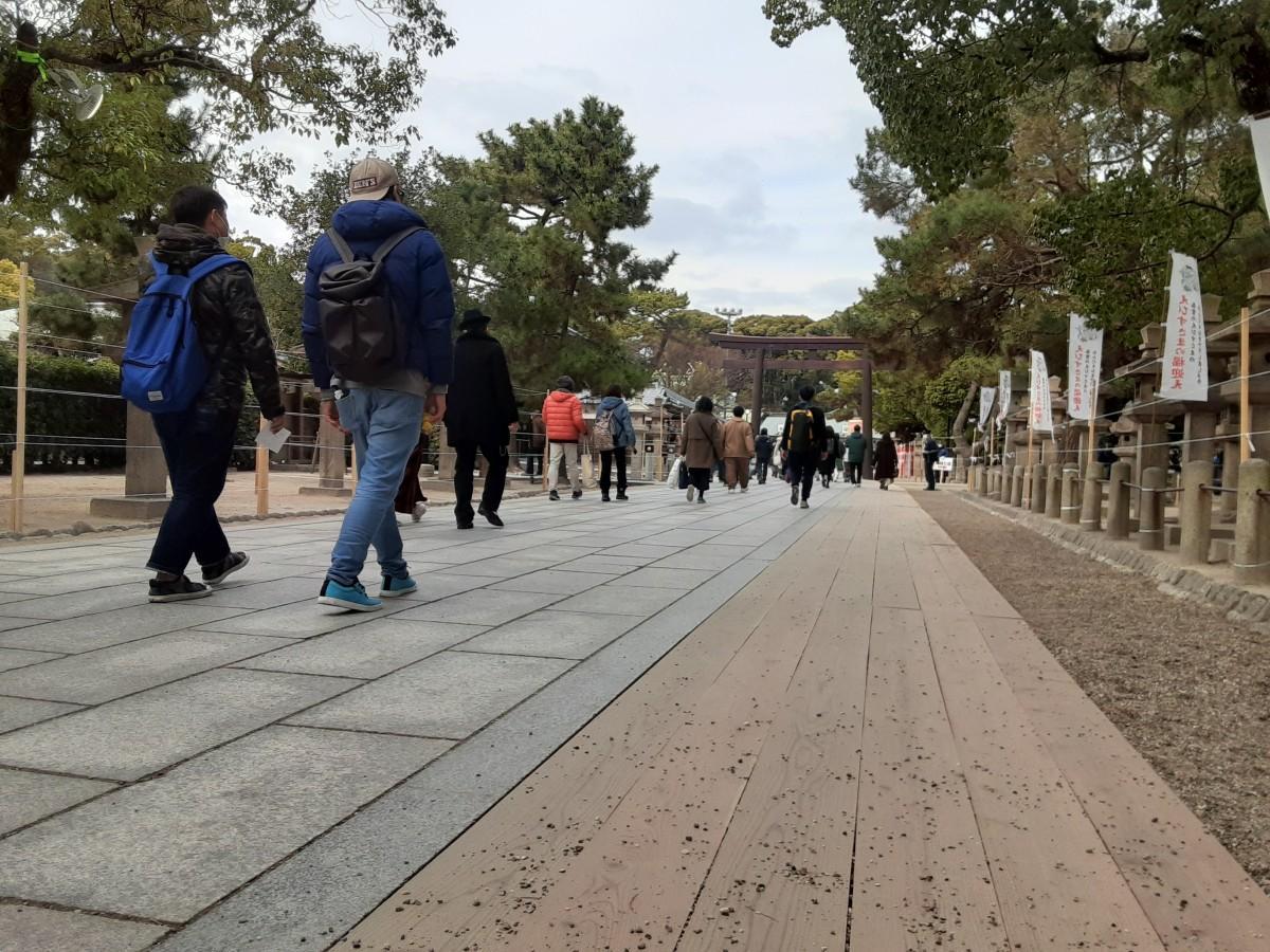 西宮神社の十日戎大祭。露店のない参道は広く、混雑を感じることはなかった