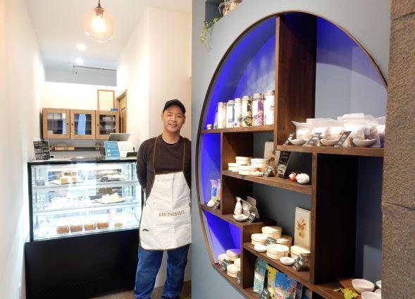 店主・吉田昭さん考案の青い飾り棚が印象的な店内